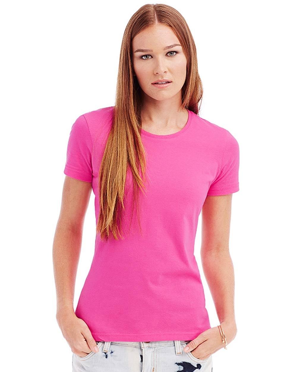40194ca3416a Per questo esistono diversi tipi di t-shirt realizzati apposta per  adattarsi al corpo femminile. Sportive, eleganti, casual, raffinate, con lo  scollo a V, ...